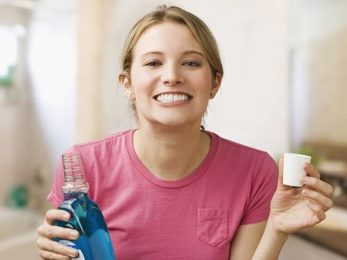 Cồn trong nước súc miệng có thể gây tổn thương các mô miệng và dễ gây ung thư.