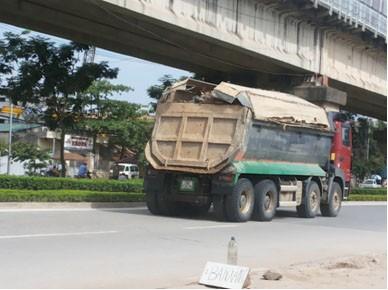 Xe chở cát hoạt động rầm rộ từ bờ đê ở bãi Chèm xuống phố Tân Xuân (Hà Nội)
