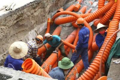 Công nhân hạ ngầm lưới điện. (Ảnh minh họa)