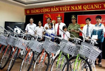 Ông Nguyễn Mậu Chi - Tổng Giám đốc Cty TNHH Bia Huế cùng ông Trương Hòa Bình — Ủy viên T.Ư Đảng, Chánh án TANDTC - trao xe đạp cho học sinh nghèo hiếu học