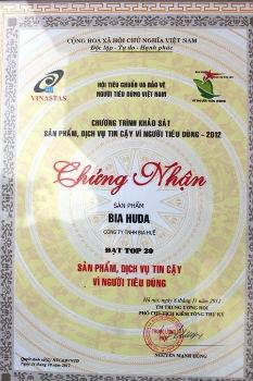 """Chứng nhận """"20 sản phẩm, dịch vụ tin cậy vì người tiêu dùng"""" do Hội Tiêu chuẩn và Bảo vệ người tiêu dùng Việt Nam trao tặng cho sản phẩm Bia Huda"""