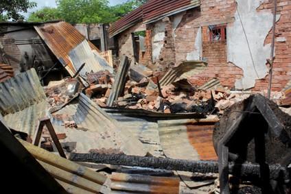 Căn nhà đổ sập hoàn toàn, vách nhà kế bên ảnh hường nghiêm trọng