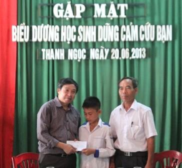 Đại diện Sở giáo dục tặng bằng khen và quà học sinh dũng cảm Lê Văn Được.