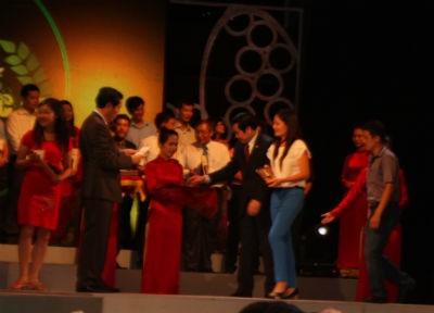 Bộ trưởng Bộ Thông tin-Truyền thông Nguyễn Bắc Son và Tổng Biên tập Báo Nhân dân Thuận Hữu trao giải B Giải Báo chí quốc gia