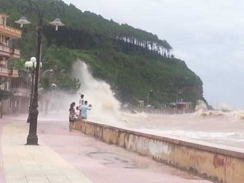 Sóng đánh tràn bờ tại khu 2, Đồ Sơn, ngay trước mặt một gia đình đang