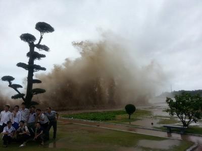 Mặc sóng đánh tràn bờ, khách du lịch vẫn thi nhau tạo dáng, chụp ảnh tại khu 1 Đồ Sơn