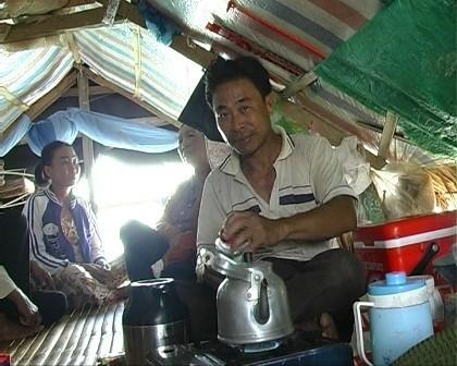 Ông Nguyễn Văn Vương trong căn lều tạm của mình, mong có hộ khẩu để ổn định cuộc sống