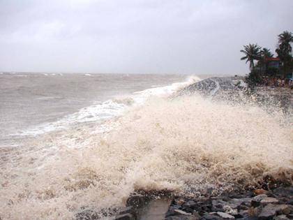 Triều cường dâng cao tràn qua đê kè tại huyện đảo Cát Hải