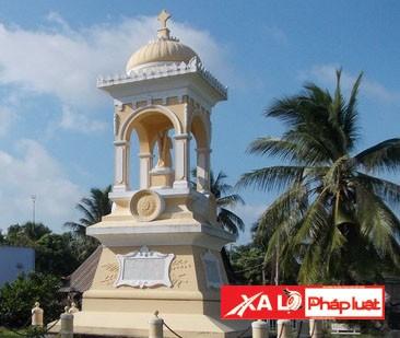 Ngôi mộ chôn đứng của Trần Bá Lộc trong khuôn viên nhà thờ Cái Bè