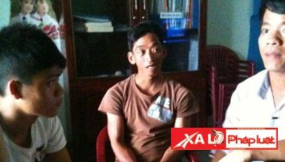 Những người lao động bị giam giữ trong Công ty môi giới Tuấn Sơn hồi cuối tháng 5/2013 (Hình cắt từ clip)