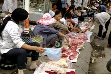 Chợ Vồ (ngõ 10, phố Quang Trung, quận Hà Đông) được biết đến là chợ đầu mối thịt ôi thiu giá rẻ của Hà Nội, với các mặt hàng từ thịt lợn, thịt gà đến thịt bò, tôm, cá…