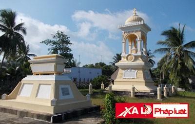 Ngôi mộ Trần Bá Thọ (thấp) bên cạnh ngôi mộ chôn đứng của Trần Bá Lộc.