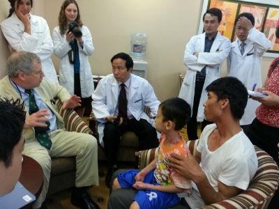 GS Joseph Mark Rosen và GS Nguyễn Thanh Liêm (Giám đốcVinmec) tham gia khám sàng lọc trong chương trình phẫu thuật từ thiện tại Vinmec vừa qua