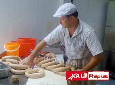 Klaus bỏ việc kỹ sư để sang Việt Nam bán xúc xích