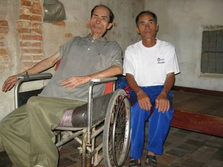 Ông Quang (bên phải) và người em trai bị tàn tật không có khả năng lao động