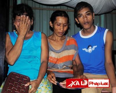 Mẹ và đứa em mù lòa của nạn nhân Sơn Bồ Rót