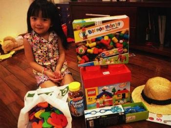 Người lớn khi mua, thuê đồ chơi về cũng phải để tâm đến con cái, chơi cùng con là biện pháp tốt nhất làm tăng giá trị của những món đồ chơi này.  Ảnh minh họa